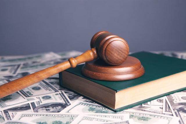 פטיש מעץ עם ספר השבעה של בית המשפט - תמונה להמחשה