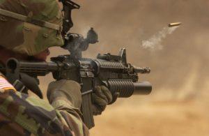 חייל מכוון עם נשק