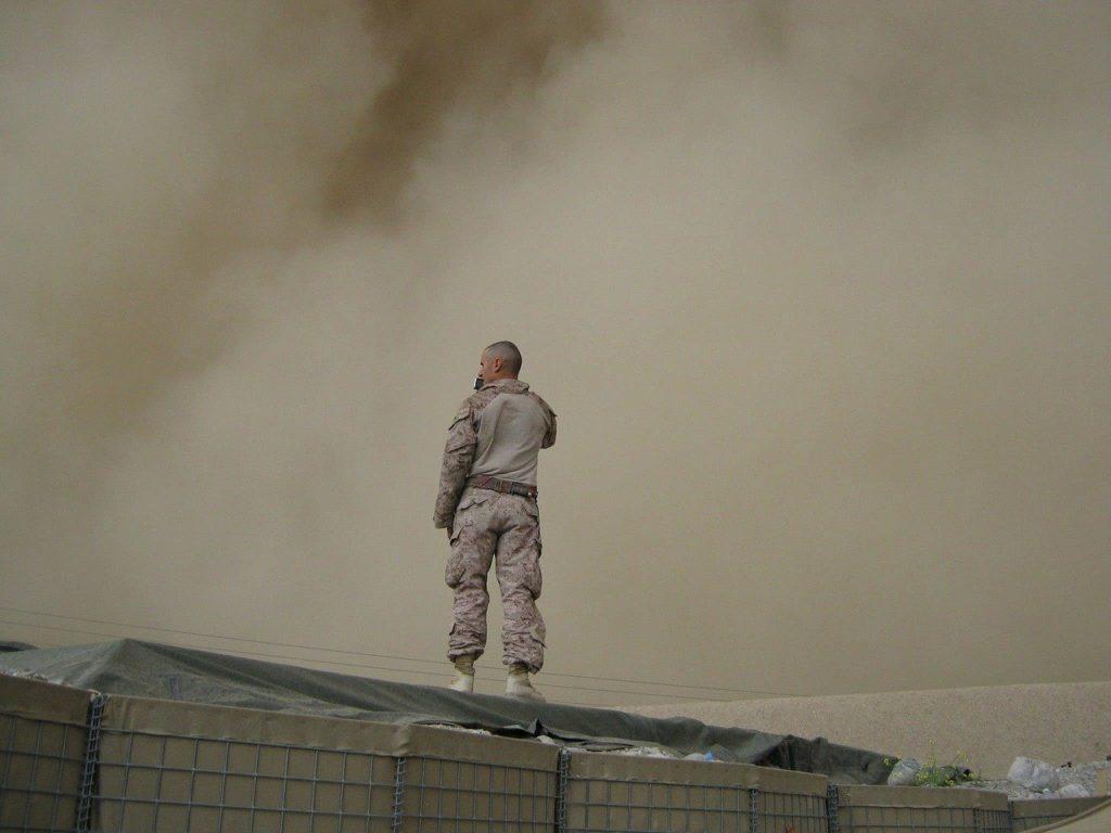 חייל עומד על גג בניין